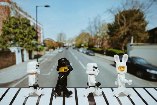 foto de cuatro muñecos LEGO caminando por Abbey Road
