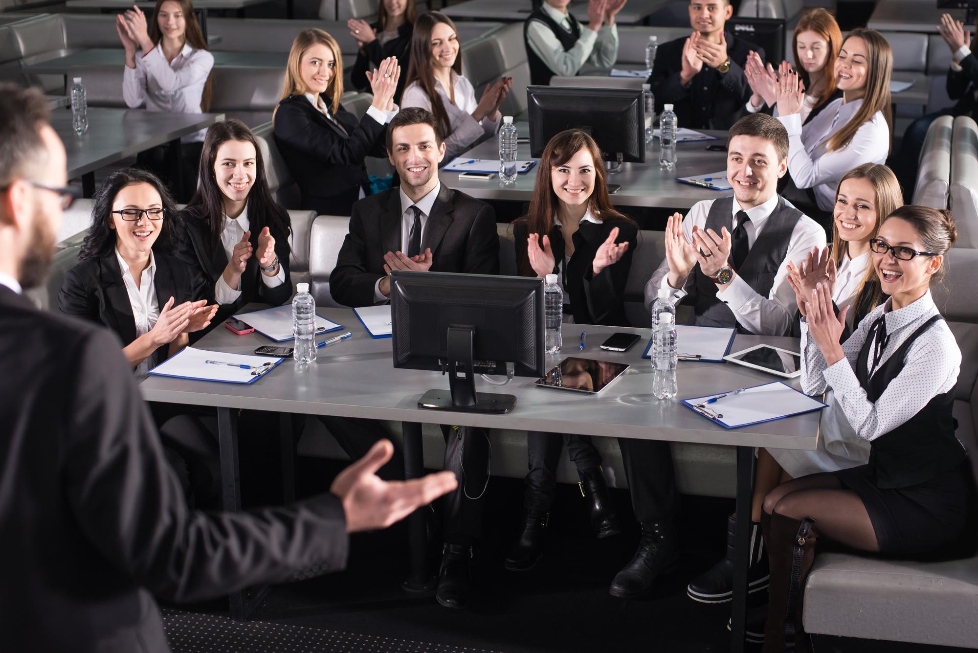 Practique su compromiso de hablar en público en el lugar con anticipación.