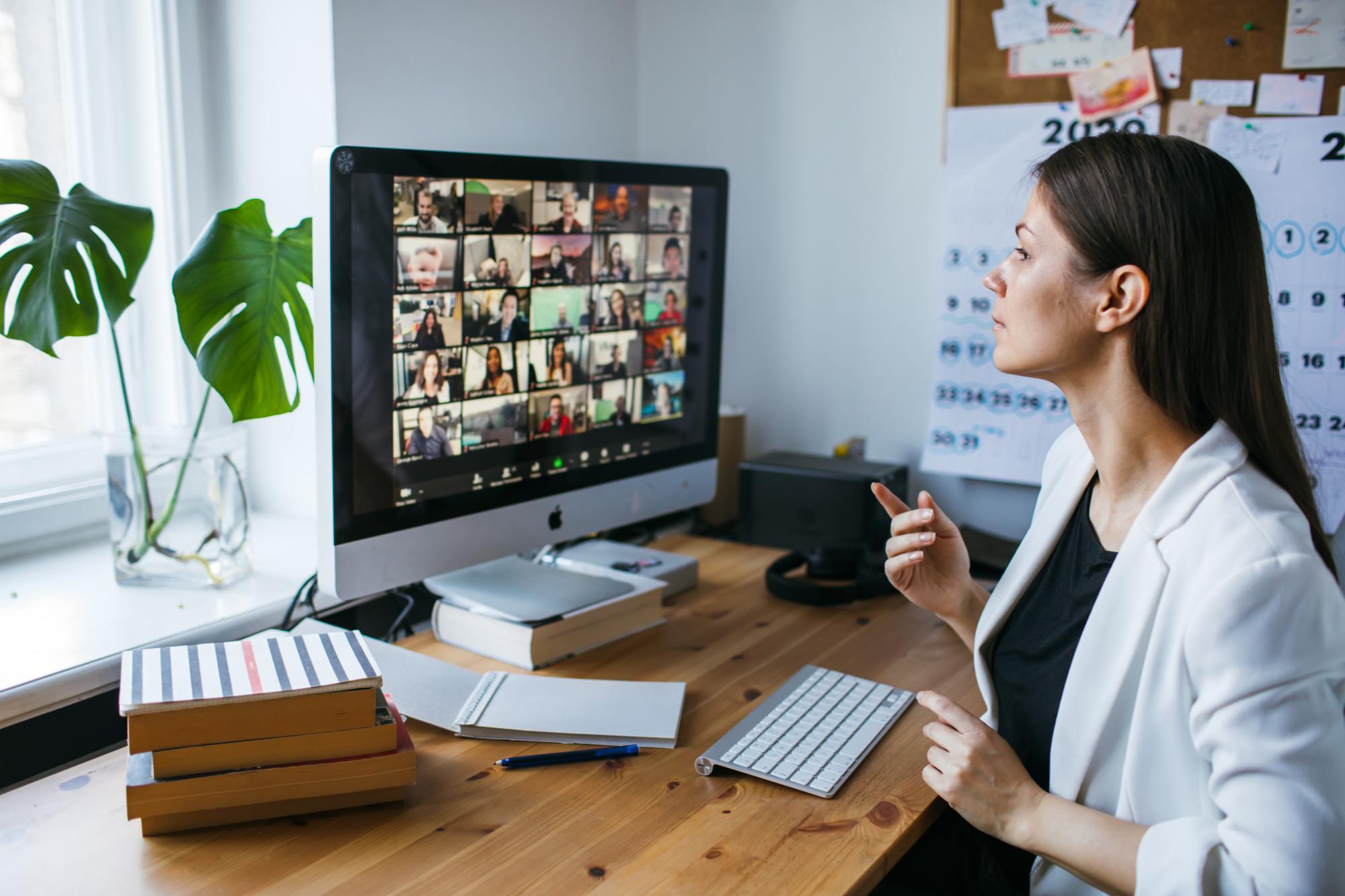 Mejore sus habilidades para hablar en público para sentirse más cómodo en grandes llamadas de Zoom y otras reuniones en línea.