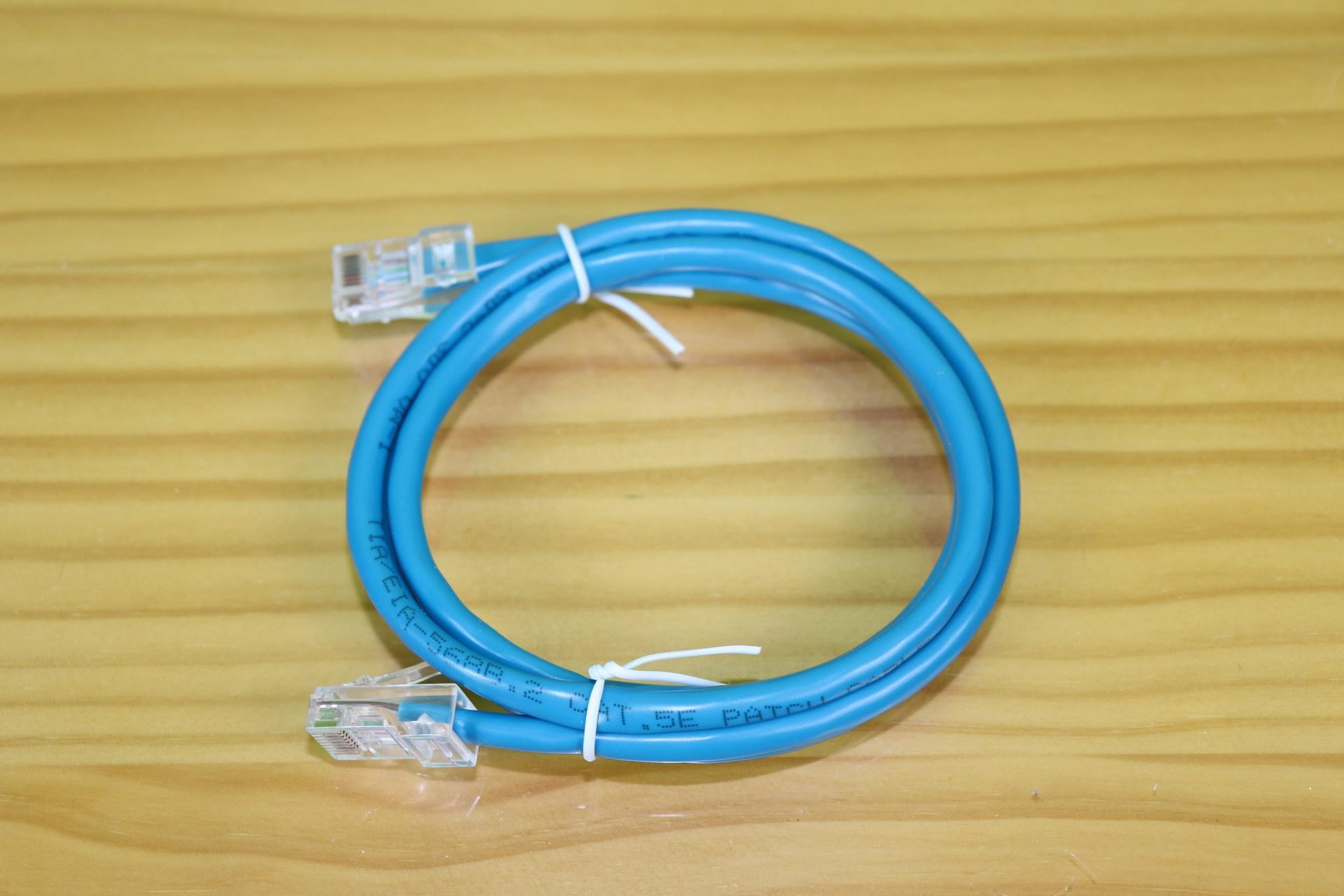Conecta el router rojo Cat5e del D-Link DIR-842 con un cable y explícalo en detalle